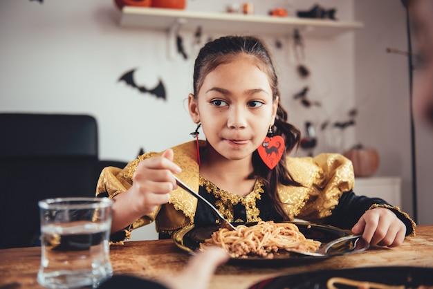 Menininha, comer, espaguete