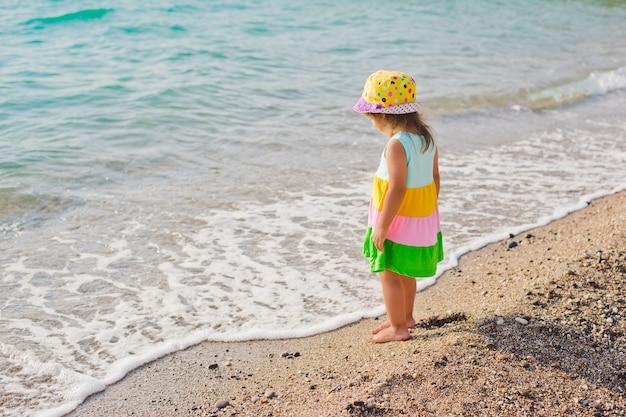 Menininha, em, um, swimsuit, esguichando, dela, pernas, em, a, mar