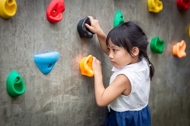 Menininha, escalando, um, parede pedra