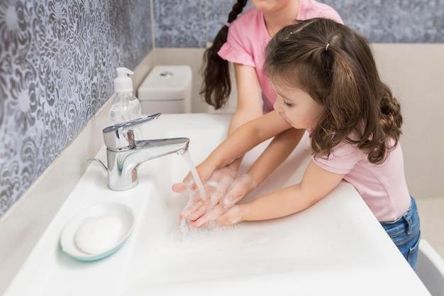 Menininha, lavando mãos