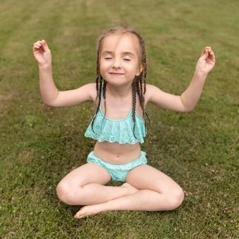 Menininha, meditando