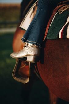 Menininha, montando, um, cavalo