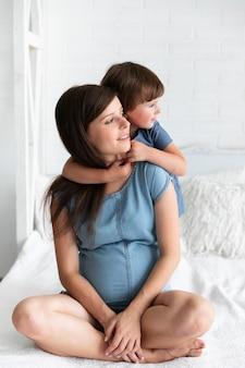 Menininha, segurando, dela, grávida, mãe