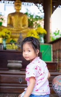 Menininha, sentando, adoração, em, a, templo
