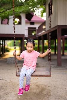Menininha, sentando, ligado, um, balanço, parque