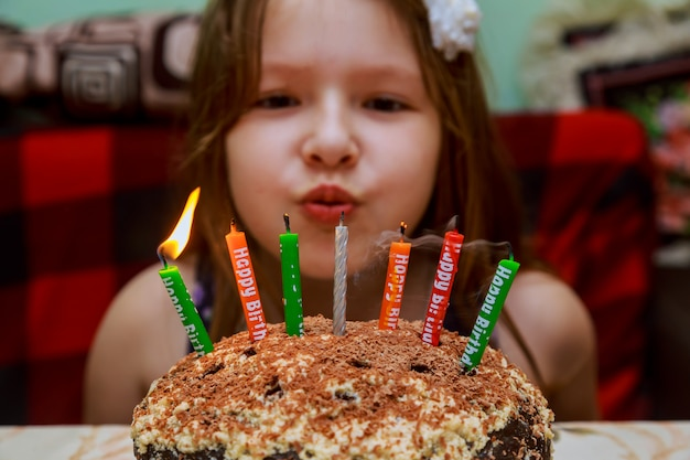 Menininha, soprando, aniversário, velas