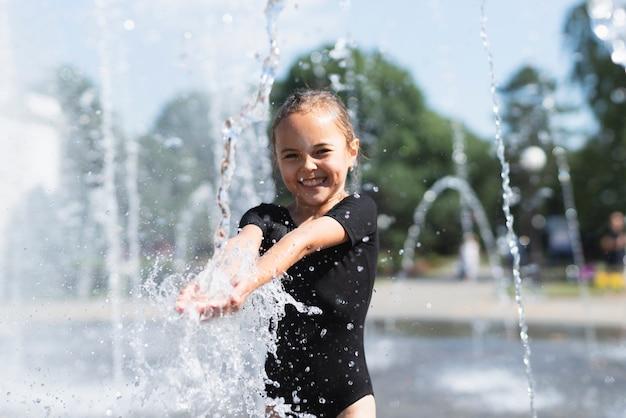 Menininha, tocando, com, água