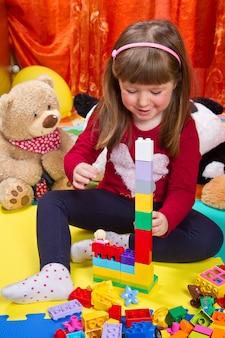 Menininha, tocando, com, cubos