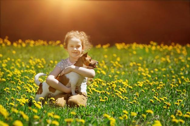 Menininha, tocando, com, dela, filhote cachorro