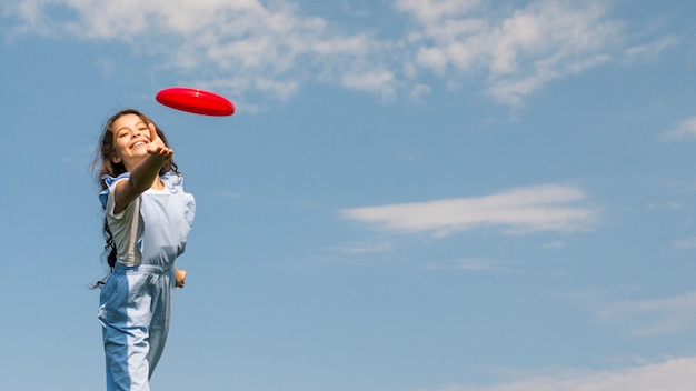 Menininha, tocando, com, frisbee