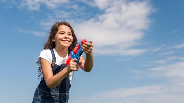 Menininha, tocando, com, injetor água, exterior