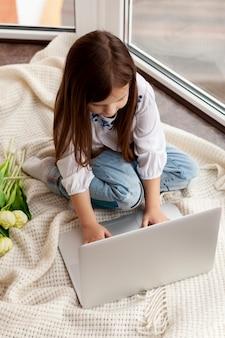 Menininha, usando computador portátil