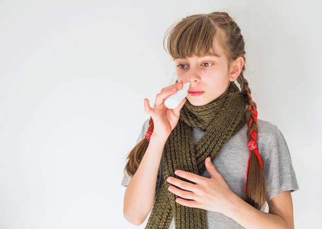 Menininha, usando, pulverizador nariz