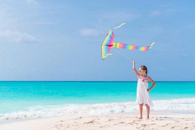 Menininha, voando uma pipa, ligado, praia