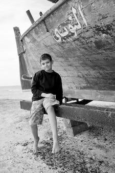Menino, (8-9), sorrindo, retrato, (b & w)