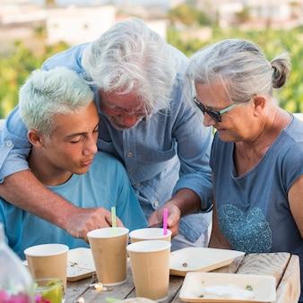 Menino adolescente com avô e cabelo branco
