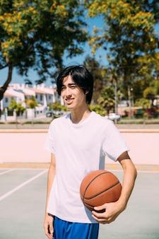 Menino adolescente, com, bola, em, corte