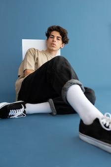 Menino adolescente com roupas elegantes posando