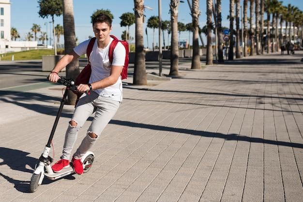 Menino adolescente, com, scooter