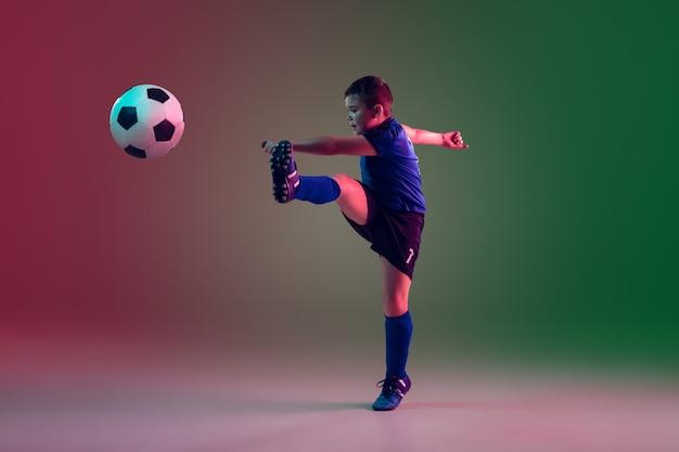 Menino adolescente de futebol ou jogador de futebol