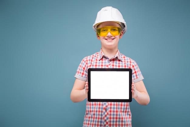 Menino adolescente, em, camisa xadrez, calças brim, cinto, e, capacete, segure fita
