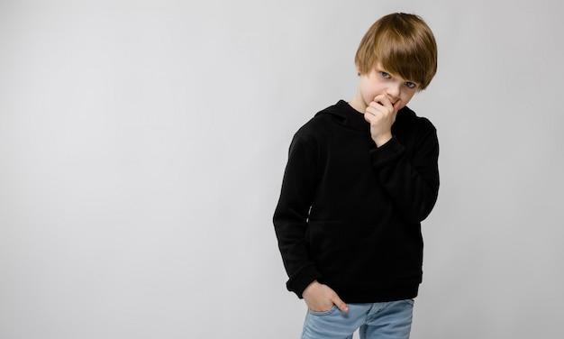 Menino adolescente, em, elegante, roupas