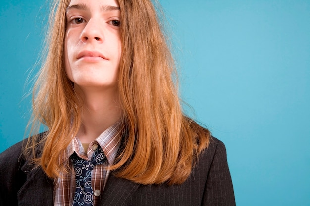 Menino adolescente, em, mal-fitting, paleto