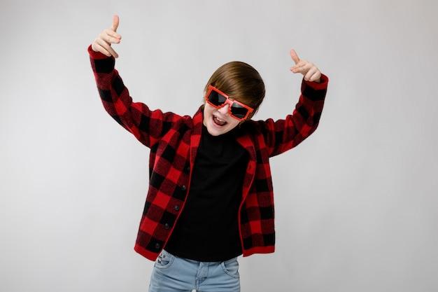 Menino adolescente, em, na moda, clother, e, óculos de sol