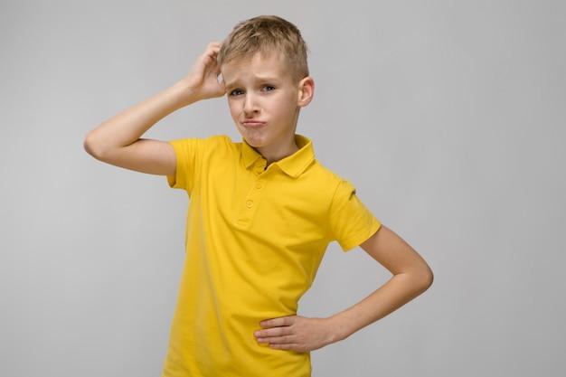 Menino adolescente, em, t-shirt