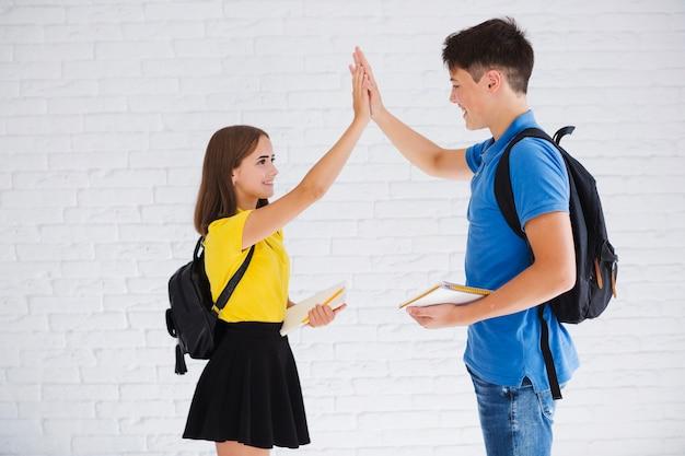 Menino adolescente garota de alta vinda