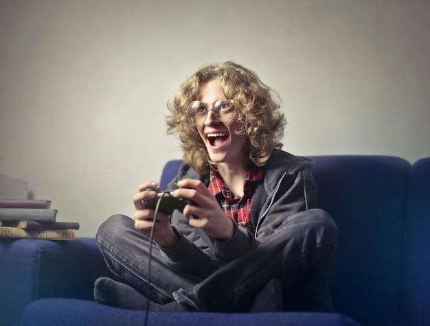 Menino adolescente, jogando um videogame