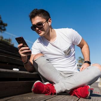 Menino adolescente, levando, selfie