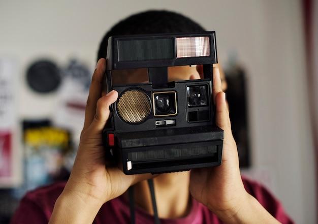 Menino adolescente, tirando uma foto, em, um, passatempo quarto, e, fotografia, conceito