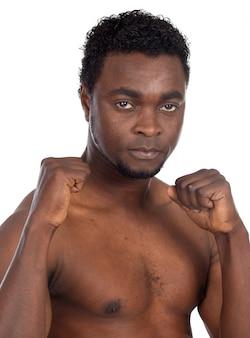 Menino africano novo na atitude defensiva a sobre o fundo branco