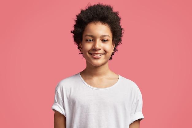 Menino afro-americano com cabelo encaracolado