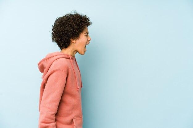 Menino afro-americano isolado gritando em direção a um espaço de cópia