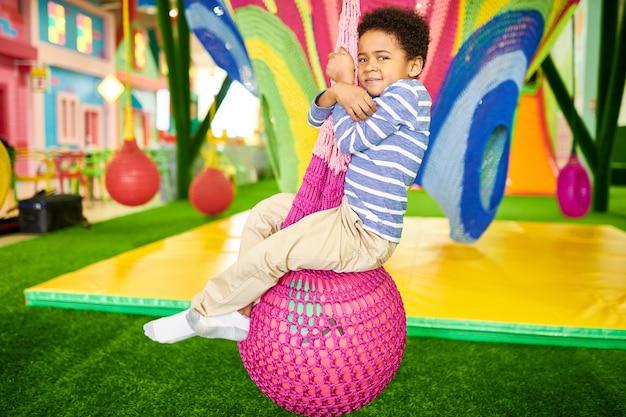 Menino afro-americano no centro infantil