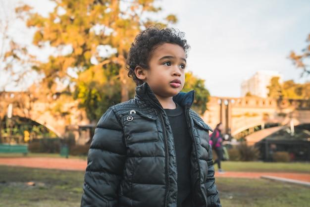 Menino afro-americano no parque.