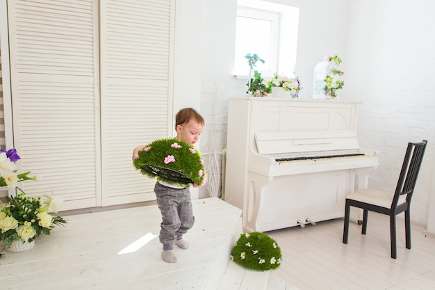 Menino ajudando a limpar brinquedos em um jardim de infância