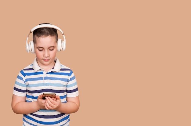 Menino alegre ouvindo música em fones de ouvido