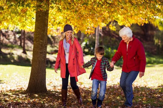 Menino andando com mãe e avó