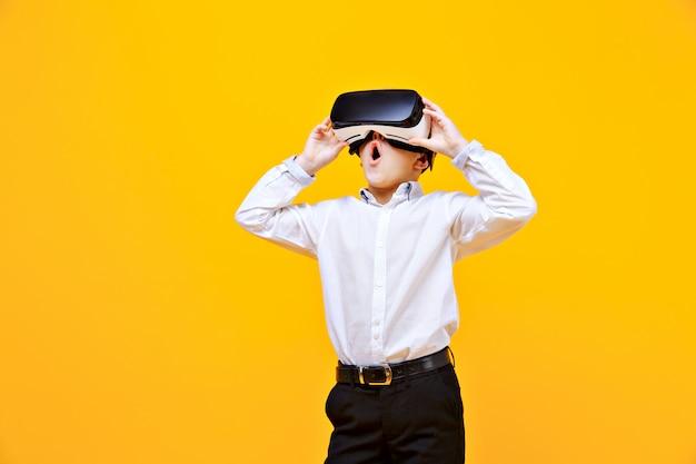 Menino animado, sendo na realidade virtual