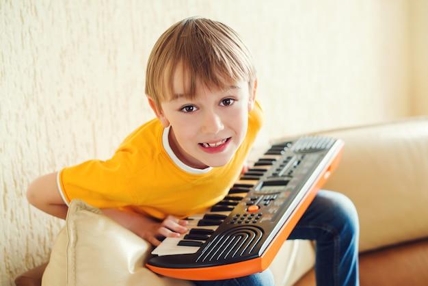 Menino aprendendo a tocar sintetizador