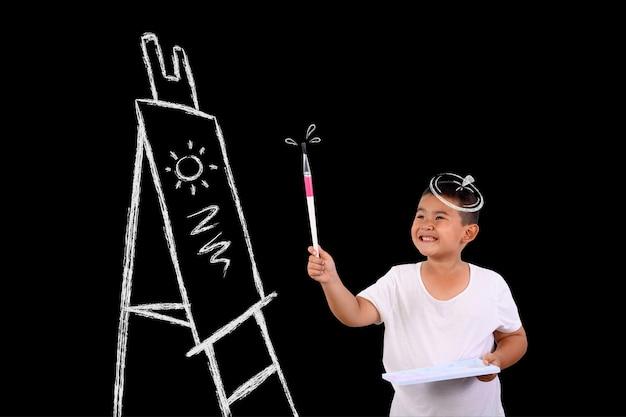 Menino artista desenhando em um quadro negro
