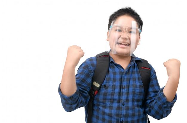 Menino asiático com máscara de proteção indo para a escola