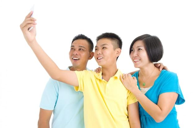 Menino asiático, com, seu, pai, levando, selfie, usando, smartphone