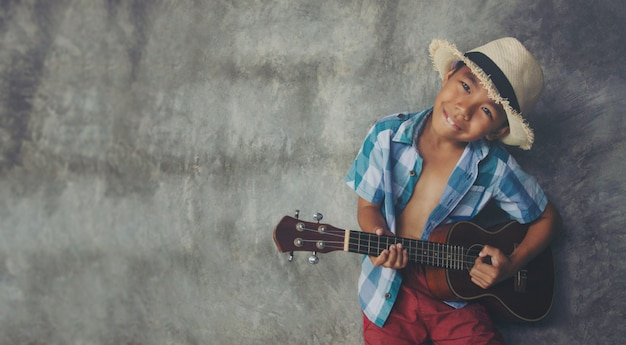 Menino asiático, envelhecido, 5-6, jogo, ukulele, gesto fresco amor apaixonado, em, música, espaço vazio