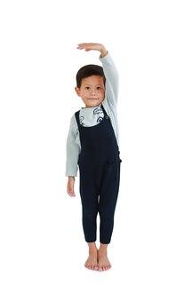 Menino asiático mede o crescimento em fundo branco. criança estimar sua altura com a mão, olhando a câmera. imagem com caminho de recorte