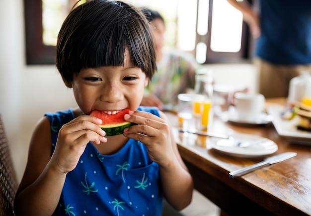 Menino asiático, snacking, ligado, um, melancia