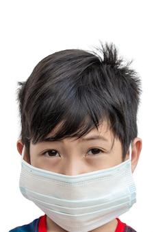 Menino asiático usa máscaras para proteger contra doenças e vírus covid-19